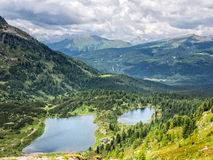 Flyg- sikt av sjöar Colbricon, Dolomites, Italien Royaltyfria Bilder