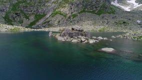 Flyg- sikt av sjön i berg lager videofilmer