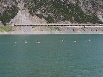 Flyg- sikt av sjön Livigno med med kanoter Italienska Alps italy fotografering för bildbyråer