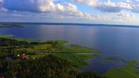 Flyg- sikt av sjön och nationalparken Razna i Lettland lager videofilmer