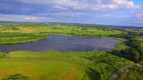 Flyg- sikt av sjön och nationalparken Razna i Lettland arkivfilmer