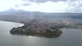Flyg- sikt av sjön och staden Ioannina Grekland lager videofilmer