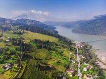 Flyg- sikt av sjön och viadukten i Rumänien arkivfoto