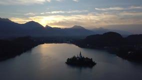 Flyg- sikt av sjön som blödas på soluppgång, Slovenien lager videofilmer