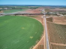 Flyg- sikt av skördfältet med den runda svängtappbevattningspridaren arkivbilder