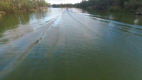 Flyg- sikt av Ski Boat på Murray River Australia stock video