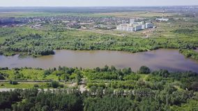 Flyg- sikt av skogfloden under sommar gem Flyg- sikt av skogsmarker med floden i sommaren under ett flyg lager videofilmer