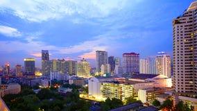 Flyg- sikt av skymningnatten på Bangkok Arkivfoto