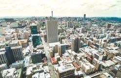 Flyg- sikt av skyskrapacityscape i affärsområde av Johannesburg - arkitekturbegrepp med modern byggande horisont fotografering för bildbyråer
