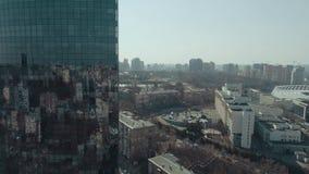 Flyg- sikt av skyskrapan och staden arkivfilmer