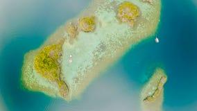 Flyg- sikt av små öar Siete Pecados nära i den Coron fjärden PALAWAN mulet royaltyfri bild