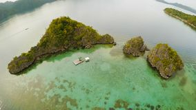 Flyg- sikt av små öar Siete Pecados nära i den Coron fjärden PALAWAN mulet arkivfoton