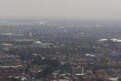 Flyg- sikt av smog i Mexiko - stad Royaltyfri Bild