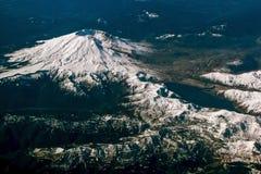 Flyg- sikt av snö dold Mt St Helens vulkan Arkivbild