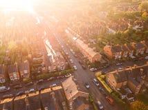 Flyg- sikt av solen som ställer in över arga vägar i en traditionell UK-förort Royaltyfria Bilder