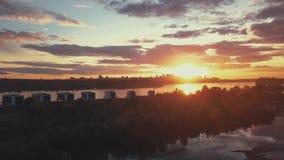Flyg- sikt av solnedgången över den siberian floden arkivfilmer