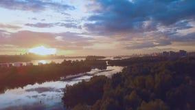 Flyg- sikt av solnedgången över den siberian floden lager videofilmer