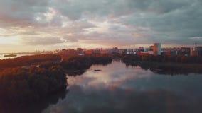Flyg- sikt av solnedgången över den siberian floden stock video