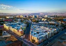 Flyg- sikt av solnedgången över i stadens centrum San Jose i Kalifornien arkivbilder