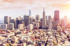 Flyg- sikt av solnedgången över San Francisco Downtown Skyline Royaltyfri Foto