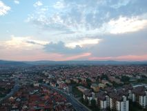 Flyg- sikt av solnedgången i Kragujevac - Serbien Royaltyfria Foton