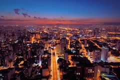 Flyg- sikt av solnedgången på staden São Paulo, Brasilien arkivfoton