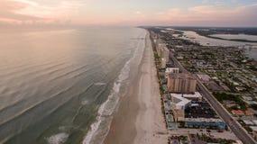 Flyg- sikt av soluppgång i Daytona Beach Florida Arkivbild
