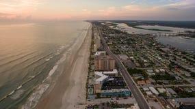 Flyg- sikt av soluppgång i Daytona Beach Florida arkivfoton