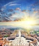 Flyg- sikt av St Peter Square och Rome på soluppgång från Sts Peter domkyrka, Vaticanen, Italien Arkivfoton