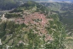 Flyg- sikt av staden av Metsovo, Grekland royaltyfri bild