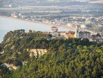Flyg- sikt av staden av Sirolo, Conero, Marche, Italien Royaltyfri Fotografi