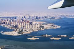 Flyg- sikt av staden Doha, huvudstad av Qatar Flygplan från Qatar Airways stad Doha arkivbild