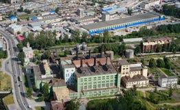 Flyg- sikt av staden för industriell zon och gammal kraftverk. royaltyfri bild