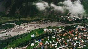 flyg- sikt av staden i molnigt arkivfoto