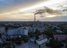 Flyg- sikt av staden, kärnkraftverk, statio för termisk makt Royaltyfria Bilder