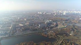 Flyg- sikt av staden och dess industriella del arkivfilmer