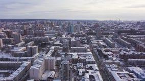 Flyg- sikt av staden och många hus, vägar och gårdar i vintertiden gem Härlig cityscape med olikt stock video