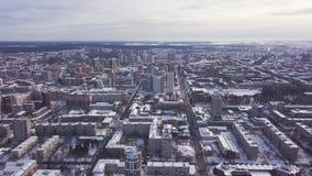 Flyg- sikt av staden och många hus, vägar och gårdar i vintertiden gem Härlig cityscape med olikt lager videofilmer
