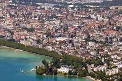 Flyg- sikt av staden och sjön Annecy fotografering för bildbyråer