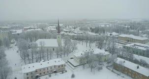 Flyg- sikt av staden på den kalla vintermorgonen Soluppgång i dimmig dag arkivfilmer