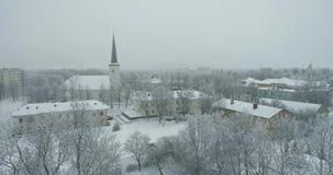 Flyg- sikt av staden på den kalla vintermorgonen Soluppgång i dimmig dag stock video