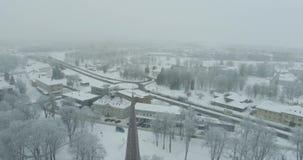 Flyg- sikt av staden på den kalla vintermorgonen Soluppgång i dimmig dag lager videofilmer
