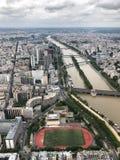 Flyg- sikt av staden av paris och Seine River arkivfoto