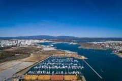 Flyg- sikt av staden av Portimao, i Algarve, med marina i förgrunden och det Monchique berget i bakgrunden royaltyfri foto