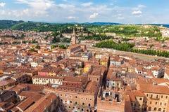 Flyg- sikt av staden Verona med röda tak, Italien Arkivbild