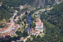 Flyg- sikt av staden Vranov Nad Dyji med slotten och floden Dyje i södra Moravia, Tjeckien Arkivbild