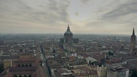 Flyg- sikt av stads domkyrka- eller Duomodi Pavia inom cityscape italy lager videofilmer