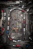 Flyg- sikt av stadsgården med bilar Royaltyfri Bild