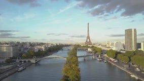 Flyg- sikt av statyn av frihet och Eiffeltorn i Paris Surrskott lager videofilmer