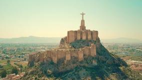 Flyg- sikt av statyn av Kristus och Castillo de Monteagudo, Spanien arkivfoto